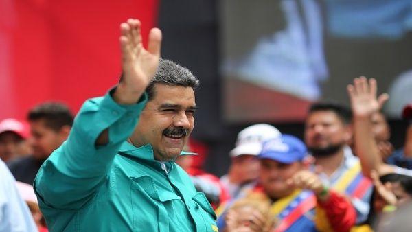 El candidato del Frente Amplio de la Patria celebra junto al pueblo revolucionario en el Balcón del Pueblo, Miraflores.