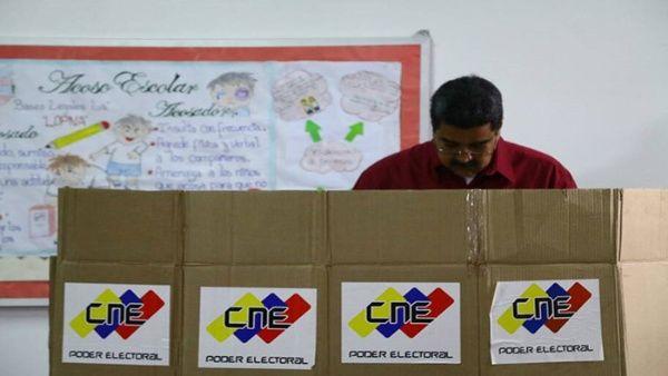 Maduro llamó a escoger un Gobierno de diálogo tras ejercer derecho al voto