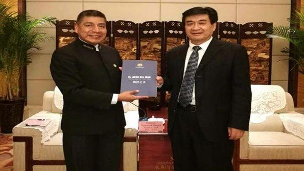 El diplomático (i) entregó el Libro del Mar al vicegobernador provincial, He Jinping (d).