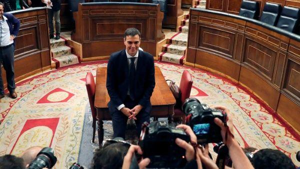 El nuevo presidente de España será el secretario general del PSOE, Pedro Sánchez, quien asistirá a su investidura el próximo lunes.
