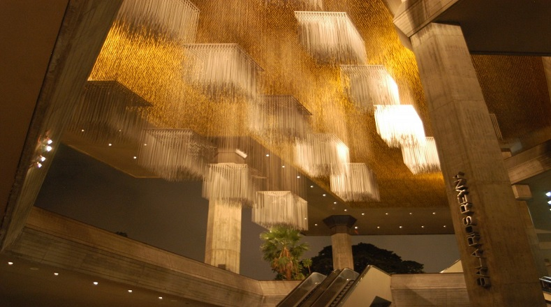 """Otras de sus obras de arte que adornan los espacios caraqueños se encuentra en el Teatro Teresa Carreño. Es denominada por algunos como """"el cielo de Soto"""", y forma parte de este espacio que es tipificado como un aporte a la cultura arquitectónica de Caracas."""