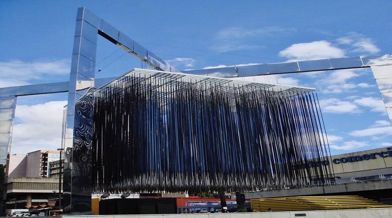 El Cubo Virtual Azul y Negro concebido por el artista también adorna los espacios caraqueños. Le da vida al arte creado por un maestro que resultó ser una de las figuras más importantes de las obras que tienen movimiento o parecen tenerlo.