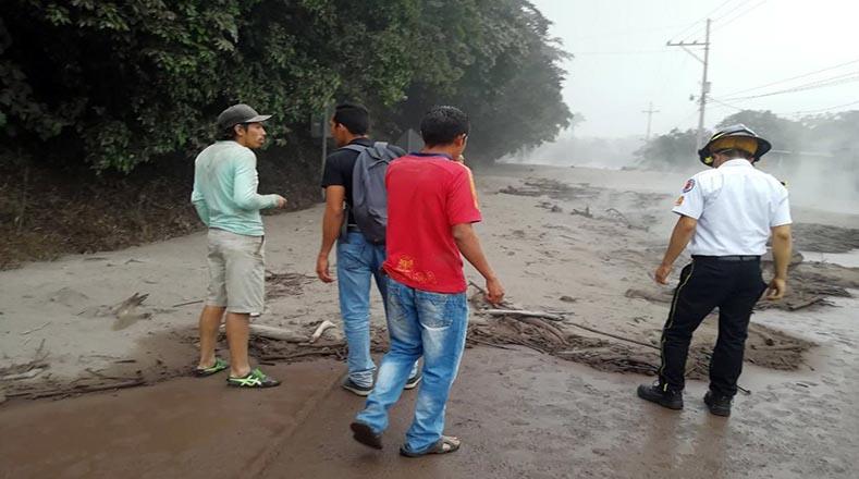 Al menos 300 trabajadores tuvieron que ser desalojados de dos fincas cercanas a las faldas del volcán y enviados a sus viviendas para evitar cualquier tipo de incidentes.