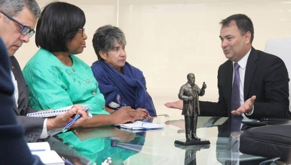 Health minister Luis Lopez (r) met with PAHO representatives.