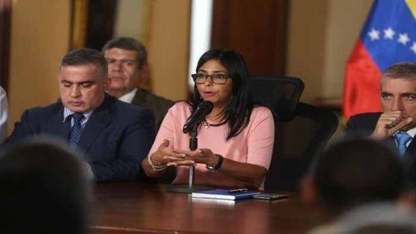 Delcy Rodríguez (c) ha sido protagonista, del lado del Ejecutivo, de los recientes acercamientos con la oposición venezolana.