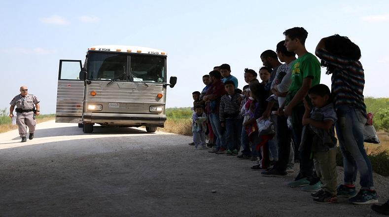 Los menores separados de sus padres son conducidos a espacios no adecuados con todo lo necesario para su permanencia mientras que esperan por una probable deportación masiva.