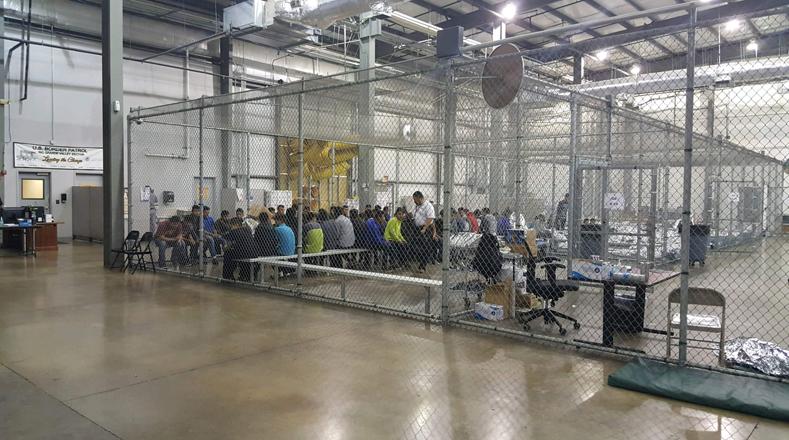 Estos niños, quienes en muchos casos huyen de sus países para escapar de la violencia que impera en ellos, son conducidos a jaulas que compartirán con al menos otros 20, según reseñan medios locales.