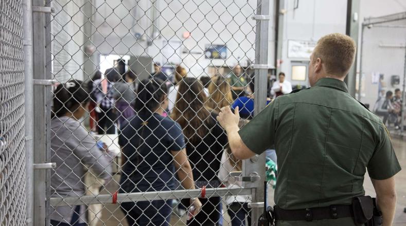 """Merkley junto a otros legisladores han intentado visitar varios de estos lugares, los cuales pueden albergar a más de 1.500 niños en """"una jaula de malla de alambre de unos 10x10 metros cerrada con cadenas""""."""