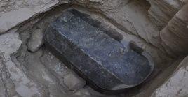 El ataúdmide de265 centímetros de largo por165de ancho, lo que lo convierte en el más grande encontrado hasta ahora en el país.