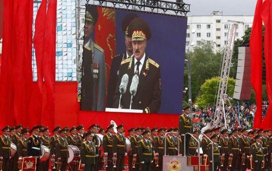 El presidente Lukashenko cumplió con todo el protocolo.