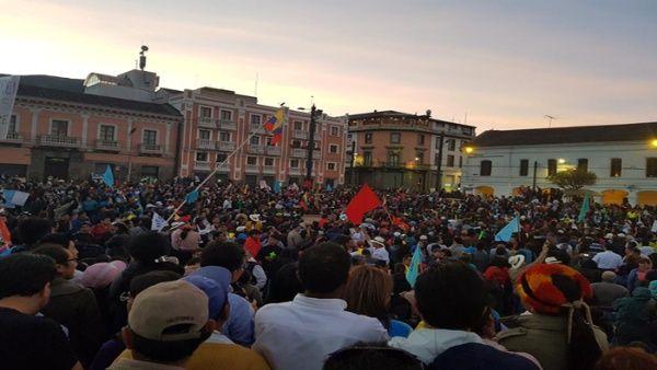 Miles de ecuatorianos se movilizan para respaldar a Rafael Correa