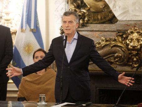 Mauricio Macri, presidente argentino, firmó un polémico decreto en línea con lo reclamado por el FMI, un día después de masivas protestas.
