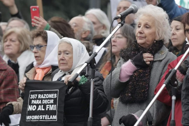 "The Mothers of Plaza de Mayo participated in the protest. ""357 reasons to say no to the IMF. #WeAreTelam,"" in reference to the number of public media workers recently fired."