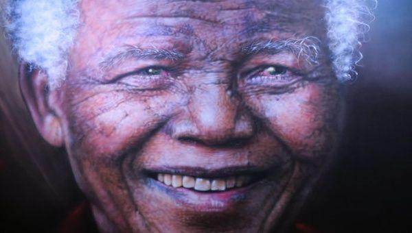 Obras en todo el mundo resaltan la sonrisa de Mandela, una sonrisa constante en búsqueda del bienestar de los pueblos.