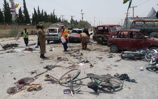 El atacante suicida se inmoló al paso de una furgoneta policial en el exterior de un centro electoral.