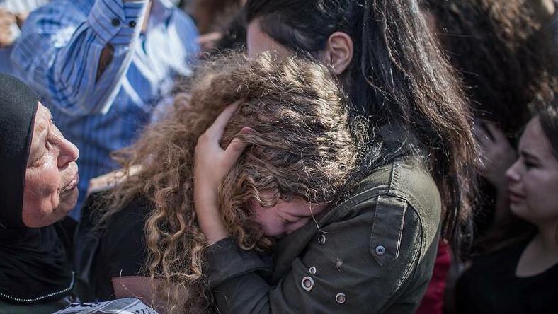 Desde los nueve años que Ahad Tamimi, hija de un reconocido activista por la causa, ha participado en las protestas de su poblado Nabi Saleh. No sólo ella, sino también su familia ha estado ligada siempre a la lucha palestina.