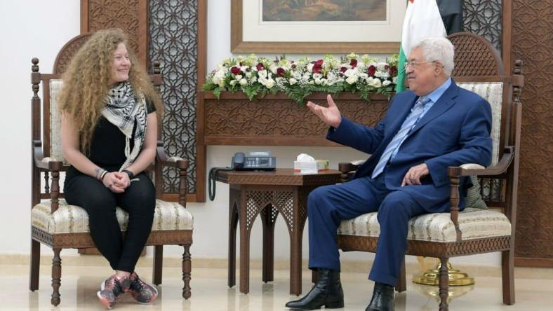 """La joven fue recibida por el presidente Mahmud Abás, quien la considera """"un modelo y un ejemplo de la lucha popular palestina por la libertad, la independencia y el establecimiento de un Estado palestino""""."""