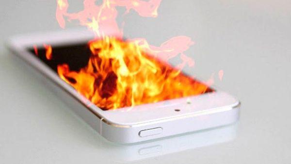 Las 3 causas por las que un celular puede arder en un avión ...