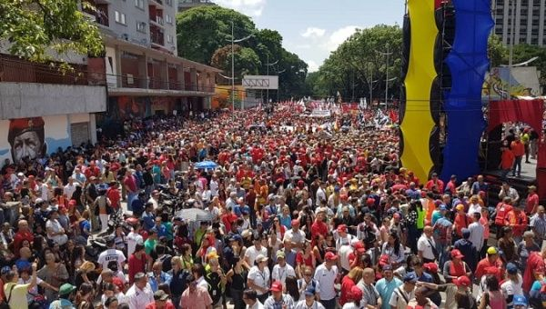 https://www.telesurtv.net/__export/1533571432731/sites/telesur/img/news/2018/08/06/venezuelans_march_in_support_of_maduro_after_failed_attack_1.jpg_1718483346.jpg