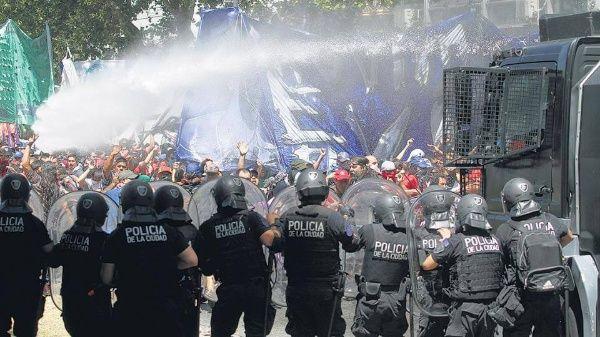 La Policía Bonaerense, Gendarmería y efectivos de civil reprimieron el festejo por los 40 años de la organización.