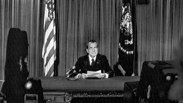 Nixon anunció su dimisión en cadena de radio y televisión.