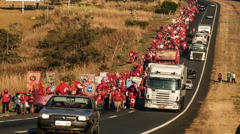 """Lula está preso arbitrariamente (...)nos acercamos a las elecciones presidenciales y la marcha es un momento para dialogar con la población brasileña sobre lo que está sucediendo en nuestro país"""", indicó una de las manifestantes."""