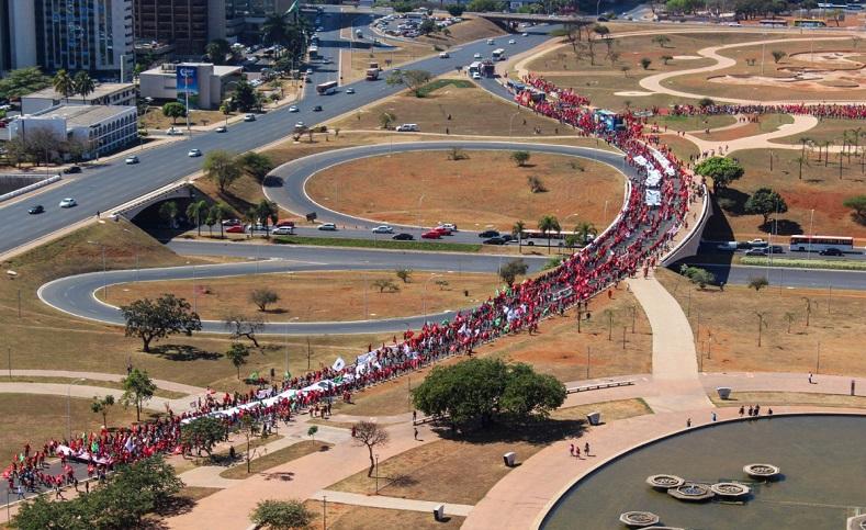 Los integrantes del Movimiento de los Trabajadores Rurales Sin Tierra (MST)y los dirigentes del Partido de los Trabajadores (PT) también han hecho acto de presencia en la caminata.