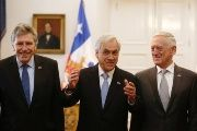 Chile's President Sebastian Piñera (c) speaks with U.S. Defense Minister James Mattis (r), next to Chilean Defence Minister Alberto Espina (l).