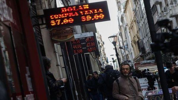 La vertiginosa devaluación de la moneda y elevación de las tasas de interés alimentó una inflación que amenaza desbocarse para convertirse en otro episodio de hiperinflación.