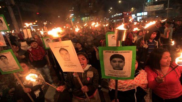 Familiares y amigos de los 43 estudiantes protestaron el martes en la avenida reforma en Ciudad de México.