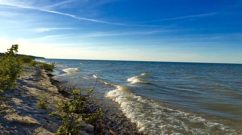 El Lago Hurón se encuentra situado entre Estados Unidos y Canadá, cuenta con una superficie de  59.570 km² . Este se encuentra en peligro por sus bajos niveles de agua, hecho que se debe a la falta de precipitaciones y al clima cálido.