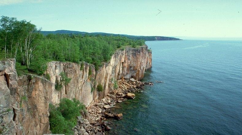 El Lago Superior forma parte de los más grandes de agua dulce  de Norteamérica, cuenta con una superficie de 82.414km² y está situado entre Estados Unidos y Canadá. En este el cambio climático también está haciendo estragos y su nivel de agua se encuentra en descenso, el volumen de su caudal día a día es menor.