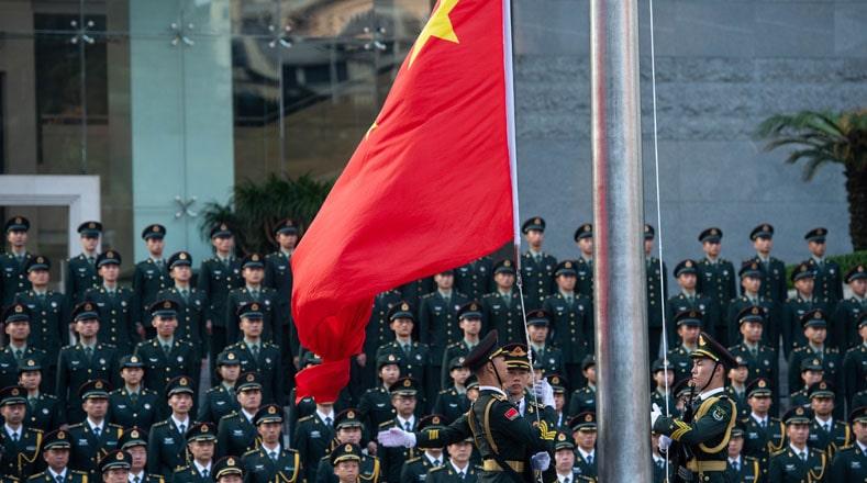 La ceremonia de celebración inició en el alba con el izado de la bandera roja con sus cinco estrellas amarillas que simbolizan la unidad del pueblo revolucionario bajo la dirección del Partido Comunista de China.
