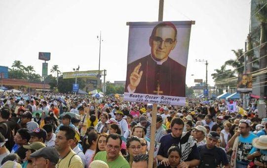 Salvadoreños esperan frente a la catedral de San Salvador la canonización de monseñor Romero.