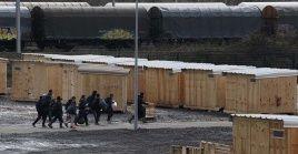 Refugiados desalojan el campamento de Grande Synthe.