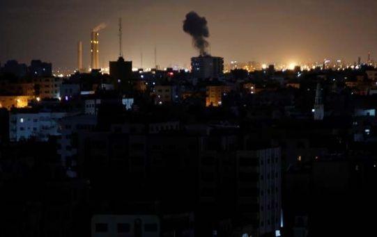 Bombas israelíes destruye edificios en la Franja de Gaza.