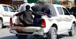 Civiles trasladan a uno de los oficiales heridos al hospital de la provincia