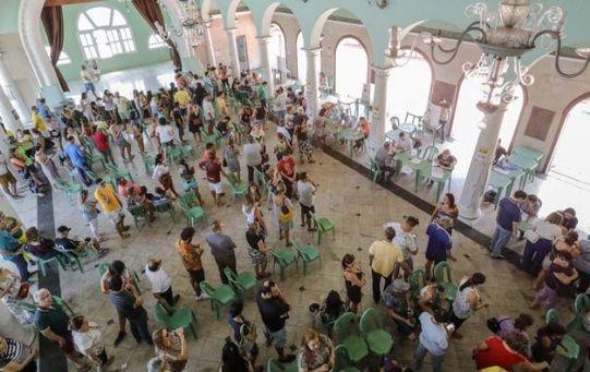 Brasileños esperan la apertura de las mesas para participar en la segunda vuelta electoral.