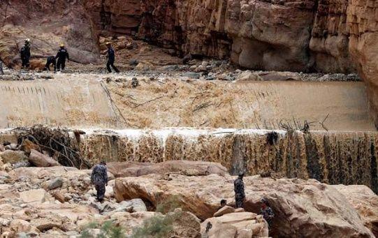Equipos de rescate jordanos durante la búsqueda de cadáveres por las lluvias.