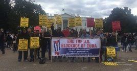 Los manifestantes también pidieron que se levanten las restricciones de viaje a Cuba que EE.UU. impone a sus ciudadanos.