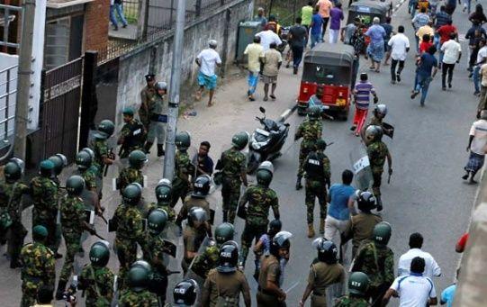 Policías disuelven manifestación contra el presidente en Sri Lanka.