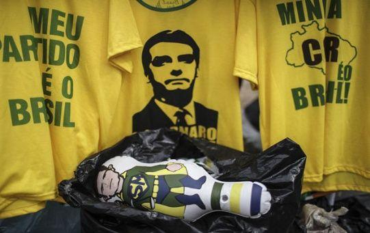 Vista de un muñeco de Sérgio Moro junto a una camiseta con la imagen del presidente electo, Jair Bolsonaro, antes de una reunión efectuada el jueves entre ambos.