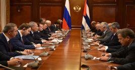 """Dmitri Medvédev (i) destacó el """"enorme potencial"""" que tiene la relación entre Moscú y La Habana."""