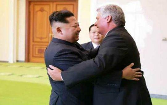 Kim Jong-un (i) saludó a su homólogo cubano, Miguel Díaz-Canel, quien estará en la nación norteña hasta el martes.