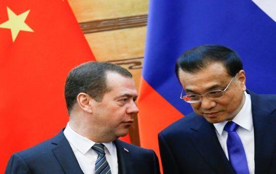 El primer ministro ruso, Dmitri Medvédev (i), y su par chino, Li Keqiang, en la clausura del programa de cooperación entre China y Rusia en noviembre de 2017.