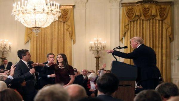 El mandatario reprendió a Jim Acosta (i) y ordenó quitarle el micrófono en una rueda de prensa. Una becaria intentó hacerlo pero el reportero se negó.