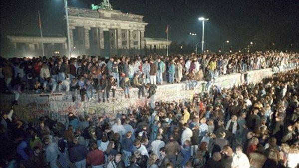 Tras la autorización del paso hacia el otro lado del muro, miles de personas se presentaron en el lugar con picos y martillos para derribarlo.