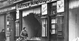 Durante la Noche de los Cristales Rotos, las fuerzas nazis incendiaron y destruyeron propiedades judías.