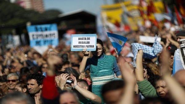 La sociedad argentina en pleno ha llamado a una protesta pacifica a las afueras del Congreso de la nación porteña.