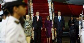 El mandatario turco fue recibido por altos dignatarios venezolanos a su llegada al país.
